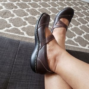 Leather upper clark bendable shoes 6.5